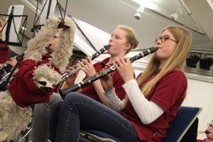 Auch während des Konzertes des Schülerorchesters hing das neue Maskottchen Freddy Faultier am Notenständer der Klarinettistinnen ab