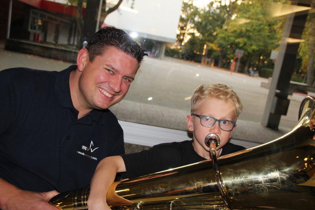 Der Vereinsvorsitzende Tobias Erichlandwehr staunt, dass Ole Stammeier (8) Töne aus der großen Tuba bekommt